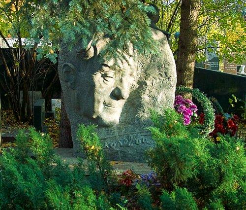 надгробный памятник Бориса Полевого